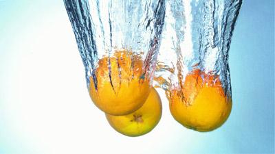 Buah jeruk yang diceburkan ke dalam air