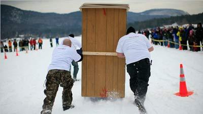 Outhouse racing, berlomba mendorong toilet