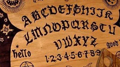 Papan Ouija sebenarnya adalah ideomotor yang merupakan pergerakan tidak sadar