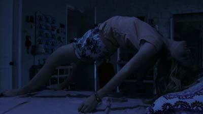 Adegan wanita melayang di atas ranjang paranormal activity 1