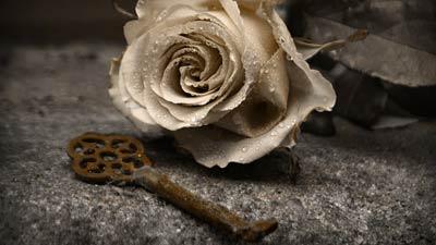 Kunci dan bunga yang menandakan patah hati
