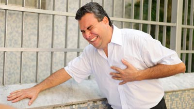 Orang sedang mengalami sakit jantung di jalan