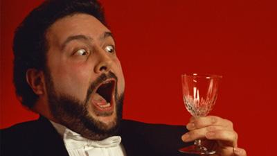 Penyanyi opera berusaha memecahkan gelas kaca
