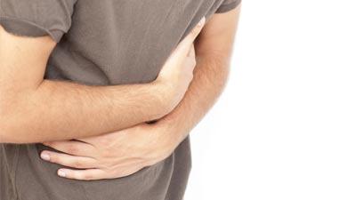Orang sedang pegang perutnya karena sakit diare
