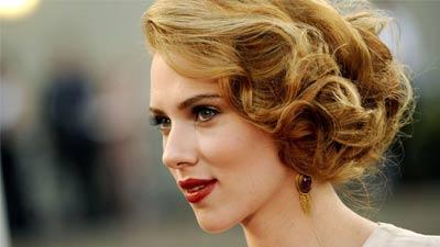 Scarlett Johansson yang memang adalah lambang seks modern Hollywood kembali menjadi salah satu wanita tercantik dunia