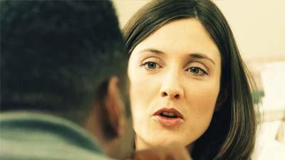 Wanita yang sedang berbicara ke seorang pria
