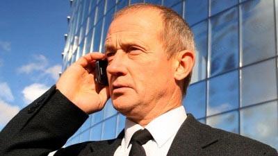 Seorang pria berpakaian bisnis sedang menelepon