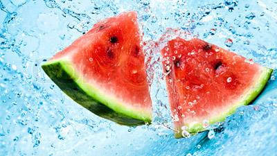 Semangka segar disiram air