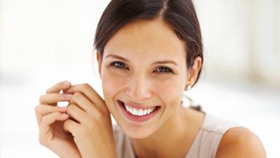 Senyum dapat membuat diri Anda terlihat lebih atraktif