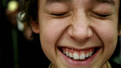 Tersenyum akan dapat membuat diri Anda lebih bahagia