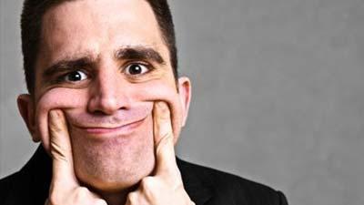 Mimik muka seseorang yang sedang menunjukkan senyum palsu