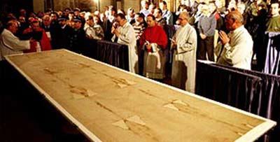 Shroud of Turin ditampilkan di gereja