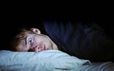 Seorang pria sedang dalam keadaan sleep paralysis