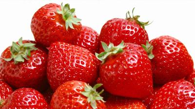 beberapa strawberry yang bertumpuk jadi satu
