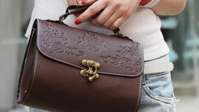 Tas atau dompet wanita adalah salah satu pilihan hadiah paling umum