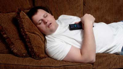 Bermalas-malasan tidur di sofa