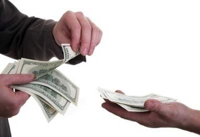 orang sedang membayar gaji ke orang lainnya