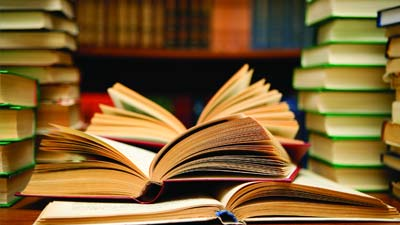 Tumpukan buku perpustakaan
