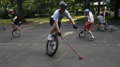 Kompetisi bermain polo dengan sepeda roda satu