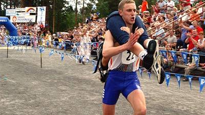 Wife Carrying, olahraga si suami menggendong istri dan berlomba ke garis finish