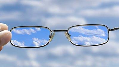 memakai kacamata